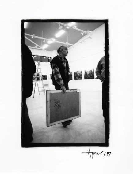 Στιγμιότυπα από την προετοιμασία της Αναδρομικής έκθεσης του 1977 Φωτο Αρης Πιπέλιας